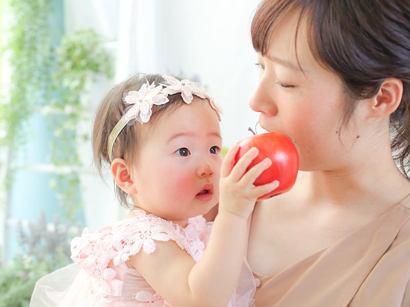 りんごだよ、ママ食べて
